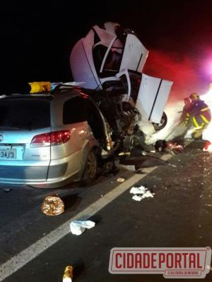 Acidente automobilistico em Santa Tereza do Oeste tira a vida de quatro pessoas na madrugada deste sábado, 25