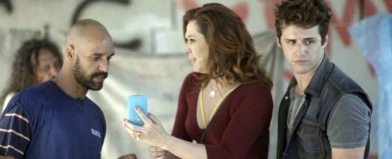 Claudia Raia usa celular de cabeça para baixo em novela