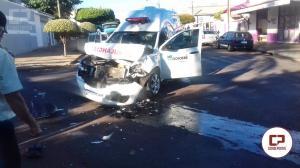 Camioneta invade preferencial e bate em ambulância da prefeitura de Goioerê