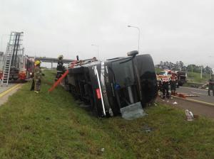 Ônibus brasileiro tomba na Argentina deixando mortos