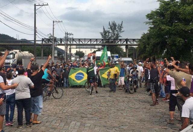 Caminhoneiros bloqueiam acessos ao Porto de Santos, SP, há oito dias