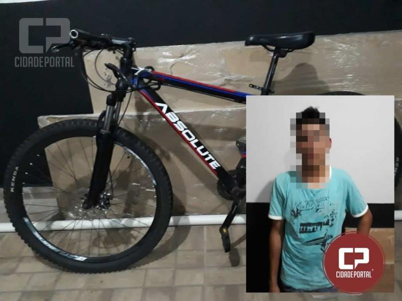 Polícia Militar prende uma pessoa arrastando bicicleta furtada com cadeado no centro de Goioerê