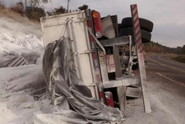 Caminhão carregado com calcário tomba no contorno sul nesta manhã em Apucarana