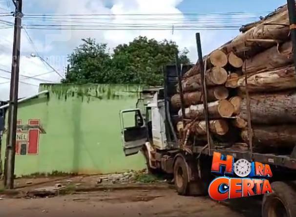 Carreta desgovernada bate em residência no Lar Paraná em Campo Mourão