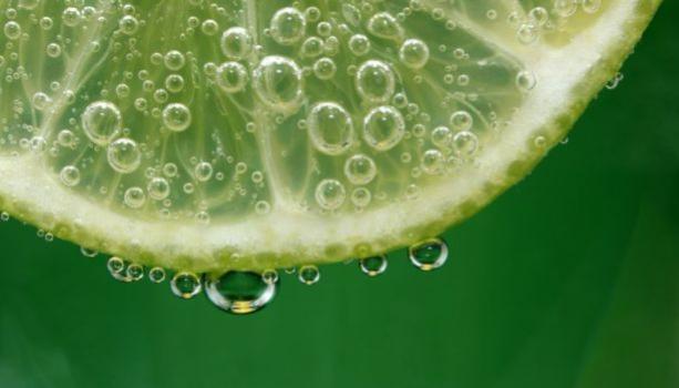 Receita caseira com limão para os fios funciona? Médico faz alerta sobre perigos