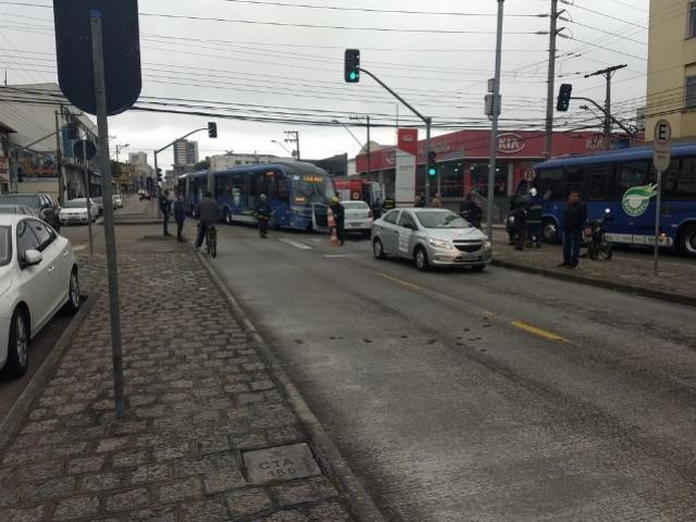 Ônibus e carro batem em cruzamento no bairro Rebouças, em Curitiba