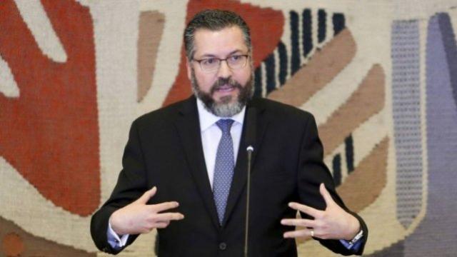 Com citações ecléticas, Ernesto Araújo assume Relações Exteriores