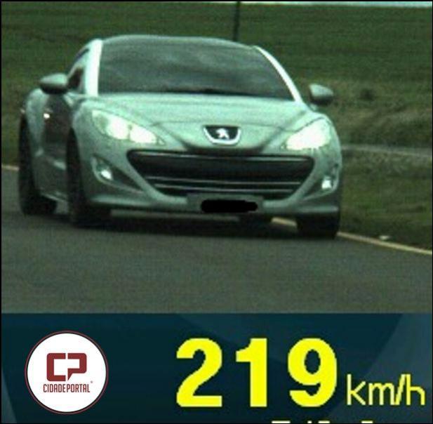 PRF flagra carro a 219 km/h na BR-467 em Cascavel