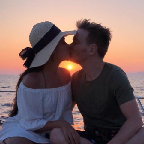 Thais Fersoza posta beijo com Teló e diz que está com saudade
