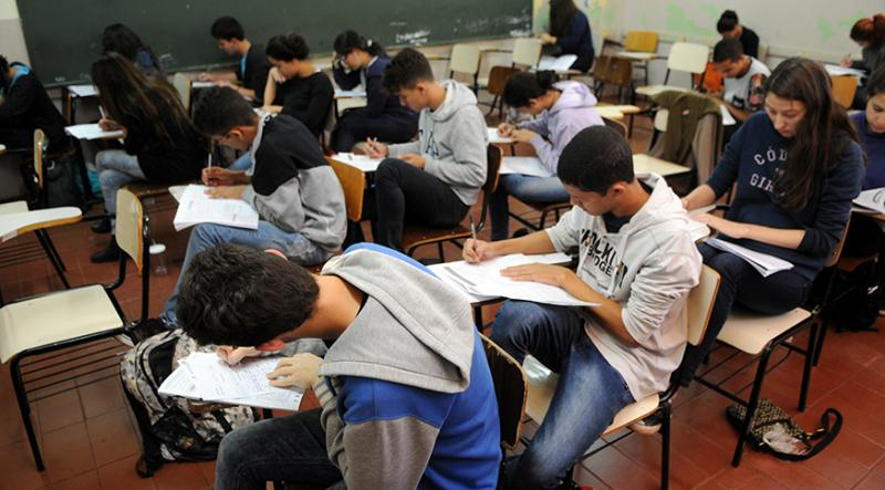Necessidade de trabalhar e desinteresse são principais motivos para abandono escolar