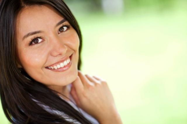 Como evitar dentes manchados: 3 dicas simples para manter o sorriso branquinho