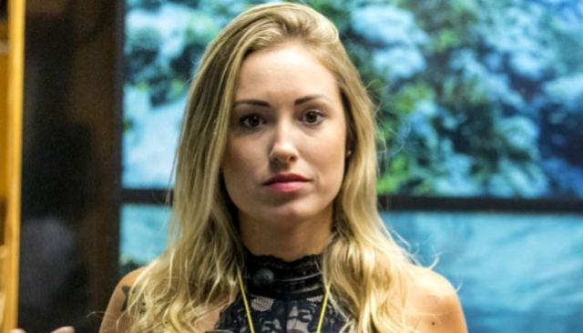 Ex-BBB Jéssica alonga os fios e aparece ainda mais loira com platinado icy blonde