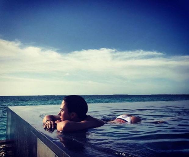 De férias, Tatá Werneck relaxa em dia de piscina