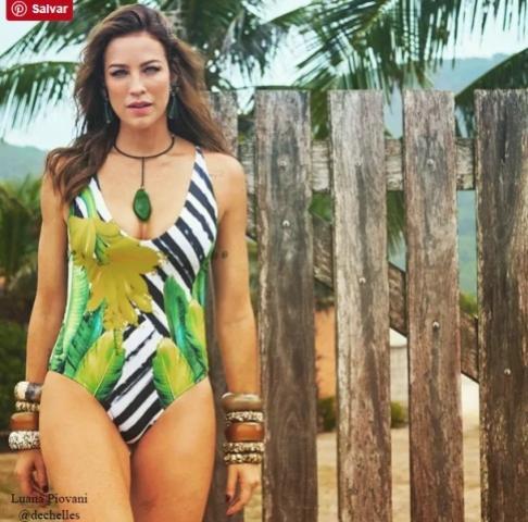 Luana Piovani ganha elogios com foto de maiô colorido