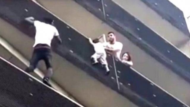 Homem-aranha: imigrante escala prédio para resgatar criança pendurada em Paris