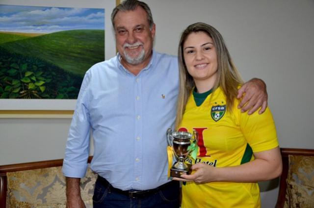 Baco recebe atleta campeã mundial com a Seleção Brasileira de Futebol de Salão