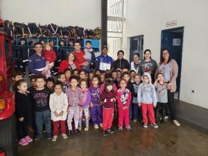 Alunos e professores do CMEI Pingo de Gente visitaram bombeiros em Ubiratã