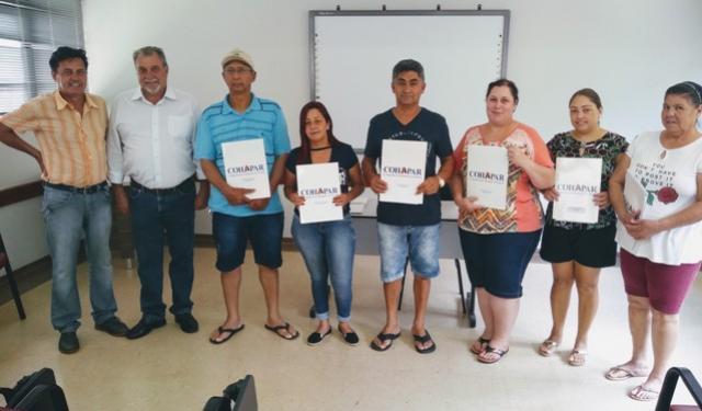 Cohapar entrega primeiras escrituras a famílias de Ubiratã