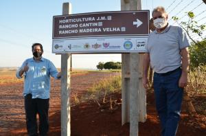 Placas indicativas foram instaladas em locais estratégicos para identificar pontos turísticos rurais