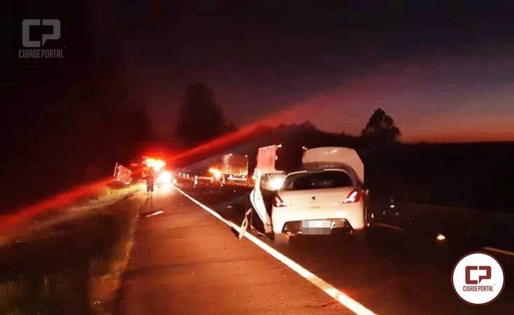 PRF atende colisão entre caminhão e veículo de passeio próximo ao trevo de Mamborê