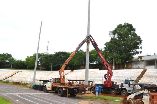 Instalados postes para novo sistema de iluminação no Estádio Claudinão de Ubiratã