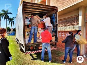 Voluntários e colaboradores da Secretaria de Ação Social descarregam caminhão com doações