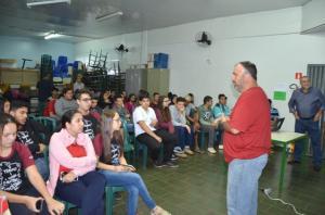 Prefeito Baco faz palestra sobre realidade do município para alunos do Colégio Padre Jorge Scholl