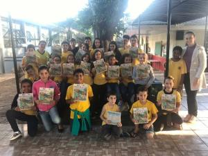Os alunos da Escola Municipal de Ubiratã realizam atividades relacionadas a educação ambiental