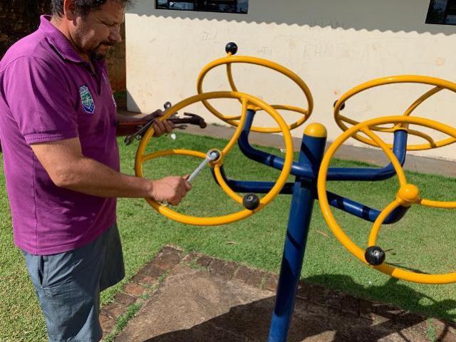Secretaria de Esportes faz manutenção nas academias da terceira idade em Ubiratã