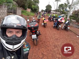 Integrantes do Moto Clube AMM de Juranda distribuíram Kits com livro e doces nesta sexta-feira, 12