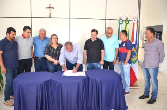 Prefeito de Ubiratã assinou a ordem de serviço para reforma do Ginásio de Esportes do distrito
