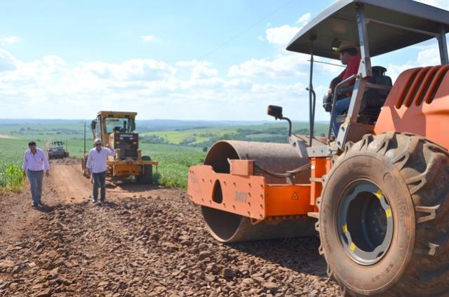 Prefeito Nil Pereira vistoria diversas estradas municipais que recebem melhorias em Ubiratã