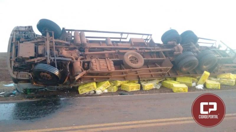Um caminhão carregado com frangos vivos tomba próximo a Campina da lagoa