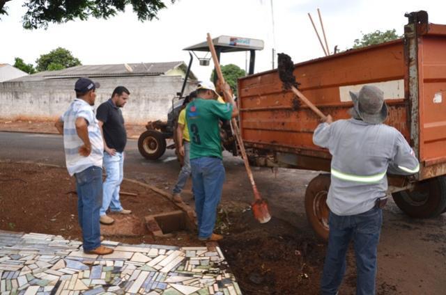 Prefeitura realiza limpeza de bocas-de-lobo em Ubiratã