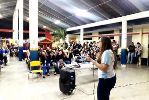 Pais de alunos participam de palestra com enfermeira e farmacêutica