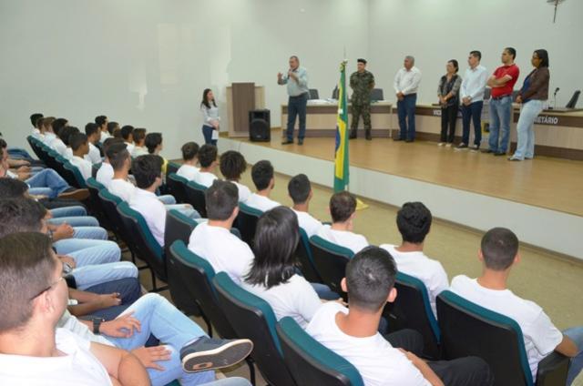 Jovens dispensados do Serviço Militar fizeram o juramento à bandeira e receberam documento de reservista