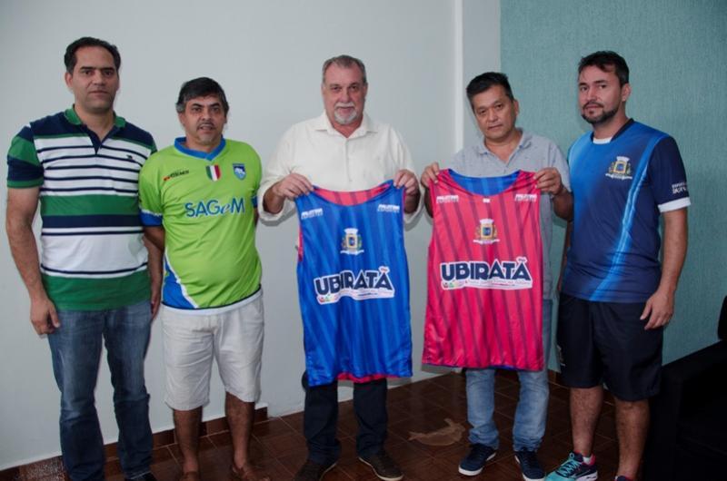 Atletas veteranos que praticam futebol em Ubiratã receberam coletes esportivos