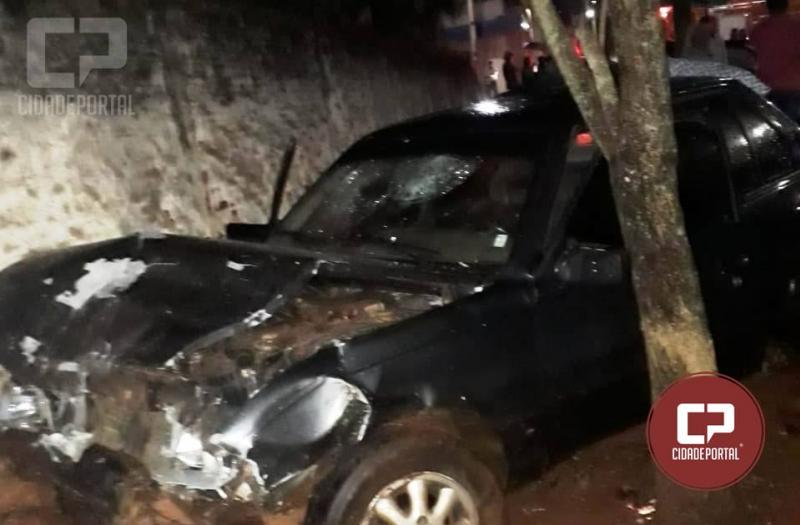 Motorista embriagado bate na traseira de veículo parado no semáforo e só para após subir em calçada