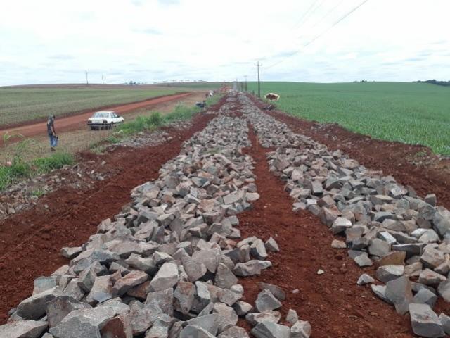 Mais um trecho da Estrada Mato Grosso está recebendo pavimentação poliédrica em Ubiratã