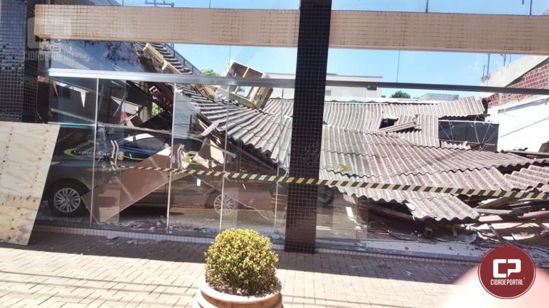 Teto de garagem desaba, deixa um ferido e vários veículos danificados em Ubiratã