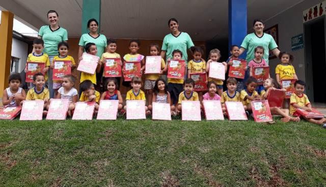 Alunos da Rede Municipal de Ensino recebem livros didáticos em Ubiratã