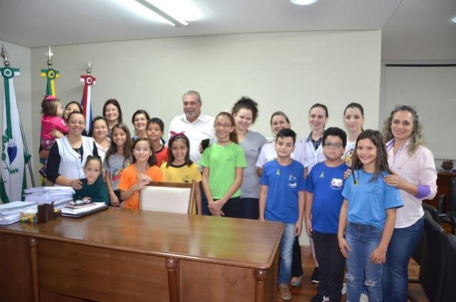 Alunos das escolas municipais visitam prefeito Baco e falam da campanha Maio Amarelo