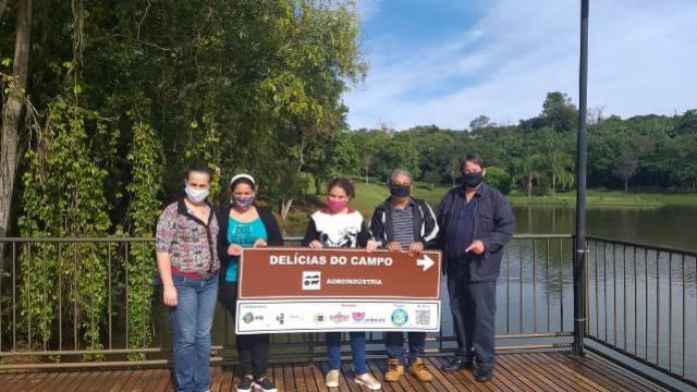 Empreendedores de Ubiratã recebem placas de sinalização para suas atrações turísticas