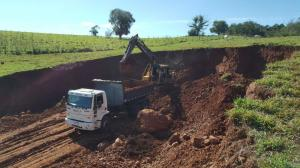 Cascalhamento de estradas levam melhorias ao homem do campo