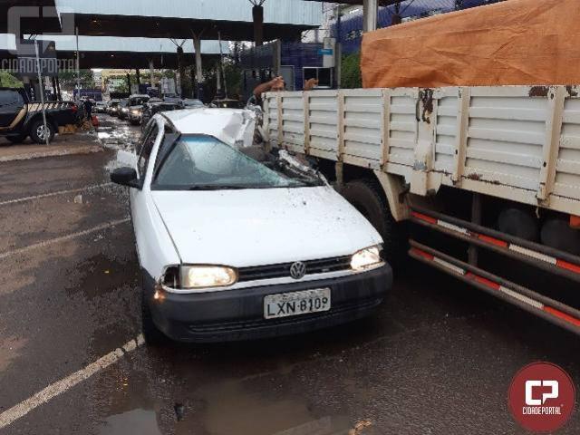 Motorista paraguaio com carro roubado causa acidente na Ponte Internacional da Amizade