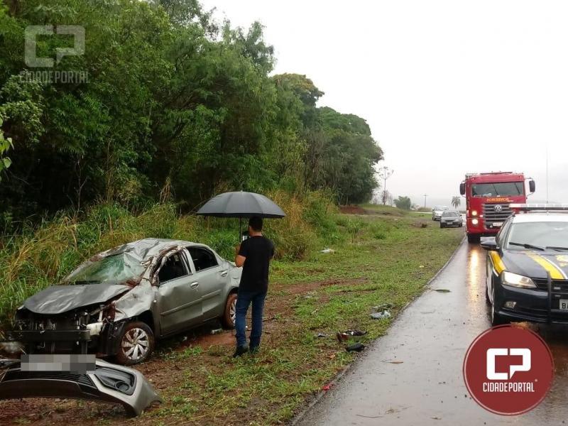 Veículo sofre aquaplanagem e acaba capotando entre Farol e Campo Mourão na BR-272