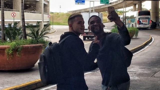 Sem entrevista, mas muito feliz, Piris chega ao Rio para assinar com o Flamengo