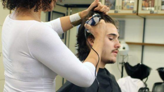 Surpreendido, Nicolas Prattes muda radicalmente e raspa o cabelo para nova fase de Rock Story