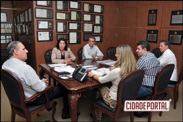 Prefeita de Rancho Alegre do Oeste apresenta documentos para titular imóveis irregulares à Cohapar