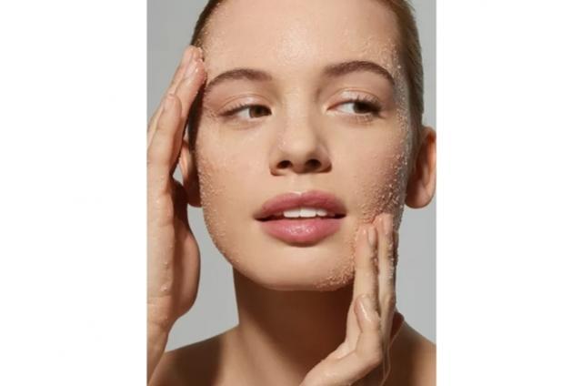 Esfoliação química ou física: qual é a melhor opção para a sua pele?